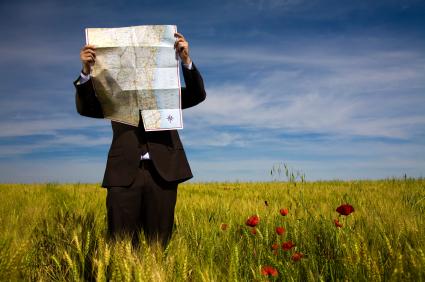 Hombre buscando en un mapa